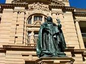 90 - Queen Victoria statue
